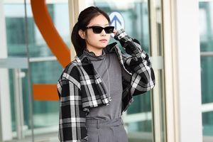 Jennie trông nhỏ bé khi diện đồ tối màu, xách túi fan tặng ra sân bay