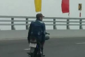 Thanh niên đất Cảng bỏ 2 tay chạy xe máy 'làm xiếc' trên cầu
