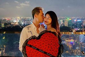 Người chồng của năm: Đăng Khôi tặng vợ 99 đóa hồng cùng bữa ăn trên tầng cao sang chảnh dịp Valentine