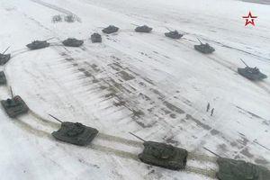 Sĩ quan Nga xếp hình tim từ 16 xe tăng để cầu hôn bạn gái ngày Valentine