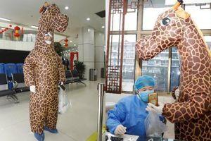 ''Hươu cao cổ' tới bệnh viện khám bệnh, bác sĩ nói mặc vậy lại mang virus về nhà