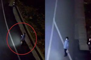 Cảnh sát dùng drone soi đường giúp người dân đi giữa đêm
