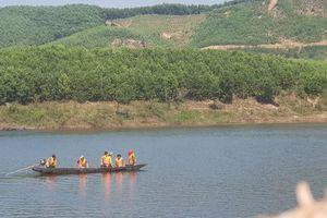 Vụ chìm thuyền ở TT-Huế: Nghẹn lòng giây phút người chồng nhường sự sống cho vợ giữa dòng nước dữ
