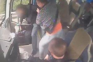 Đề nghị đình chỉ công tác tài xế xe buýt cầm hung khí tung 'chưởng' khách