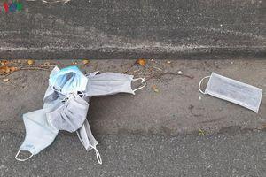 Hành vi vứt khẩu trang y tế ra nơi công cộng phải bị xử lý mạnh tay