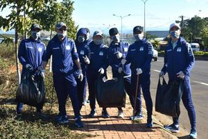 Cầu thủ HA Gia Lai dọn rác ở Hàm Rồng, phòng dịch COVID-19