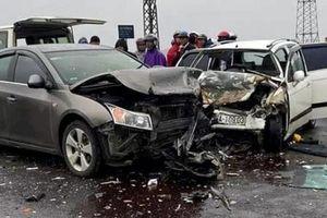 Ôtô chở 2 nhà sư dập nát đầu sau cú tông trực diện