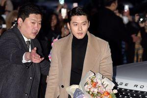Hyun Bin diện đồ đơn giản vẫn được khen đẹp tại tiệc mừng công