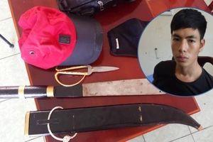 Chủ nhà vờ đồng ý quan hệ với cướp rồi tước dao