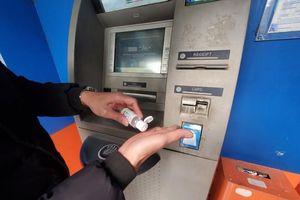 Cây ATM ở Hà Nội cáu bẩn, khách sợ Covid-19 phải mang theo nước rửa tay
