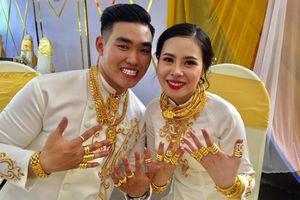 Chị gái đại gia biến cô dâu thành 'cây đeo vàng' trong ngày cưới