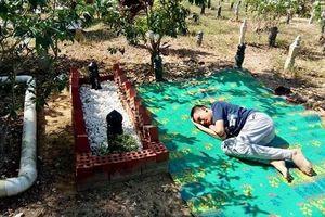Xúc động hình cảnh cậu bé tự kỷ nằm bên mộ bố, thủ thỉ chuyện trò như lúc còn sống