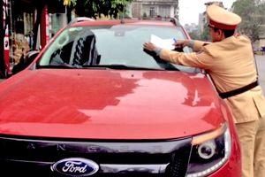 Công an Hạ Long dán thông báo vi phạm trên xe đỗ trái phép