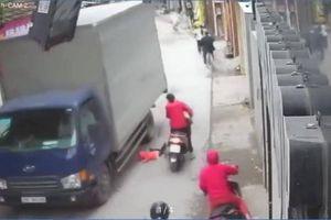 Phát hoảng cảnh mẹ đánh rơi con giữa đường, suýt vào tay 'thần chết'
