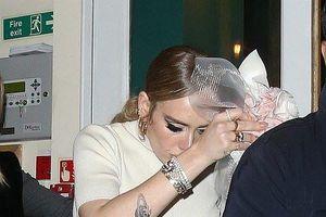 Adele biến đám cưới bạn thân thành sân khấu comeback, cao hứng tiết lộ thời điểm ra mắt album mới