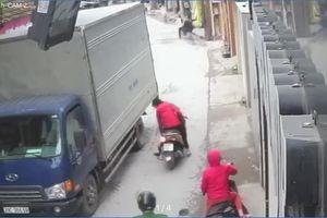 Thót tim cảnh mẹ loạng choạng tay lái khiến em bé rơi xuống đường, suýt bị xe tải cán lên người