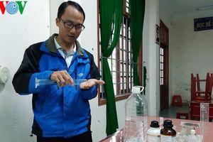 Thầy giáo trường làng tự pha chế dung dịch sát khuẩn phòng Covid-19