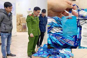 Phát hiện gần 300 chiếc 'thẻ đeo diệt virus' nhập lậu ở cổng chợ thuốc Hapulico