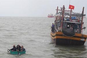 Quảng Bình: Chìm tàu cá, cứu được 6 ngư dân, 1 người mất tích
