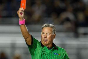 Cầu thủ bị đuổi 2 lần vì lén ở lại sân sau tấm thẻ đỏ
