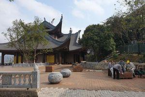 Đại gia Xuân Trường có 'chơi trội' khi đưa vợ vào thờ đền Tứ Ân chùa Tam Chúc?
