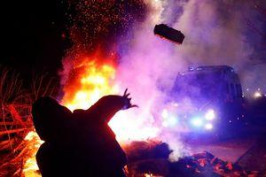 Cảnh sát Ukraine bắt giữ đối tượng quá khích chặn xe chở người sơ tán từ Vũ Hán