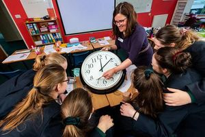 Đã đến lúc hành động khi học sinh 13 tuổi không biết đọc đồng hồ