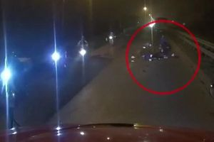 Vợ gào khóc kéo thi thể chồng bị xe tải cán chết vào lề ở Hà Nội