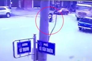 Clip mẹ chạy xe máy qua đường không quan sát, con nhỏ bị xe ben cán chết