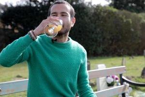 Người đàn ông tự chữa bệnh trầm cảm bằng cách uống nước tiểu mỗi ngày