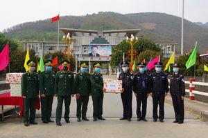 Trao tặng 3.000 khẩu trang y tế cho lực lượng bảo vệ biên giới Trung Quốc