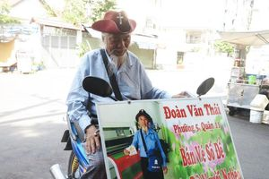 Cả ngày rong ruổi bán vé số, cụ ông Sài Gòn làm điều bất ngờ