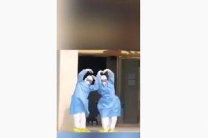 Bác sĩ múa điệu 'Hồ Thiên nga' mừng bệnh nhân nhiễm Covid-19 ra viện