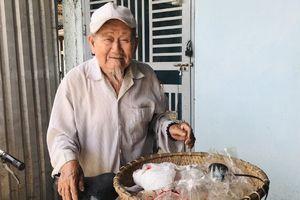 Cụ ông 90 tuổi bán đậu phộng 'nuôi' tủ bánh mỳ từ thiện