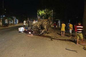 Ô tô tông vào gốc cây lật ngửa, 1 người chết, 6 người bị thương