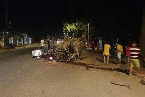 Xe ô tô tông vào gốc cây lật ngửa, 7 người thương vong