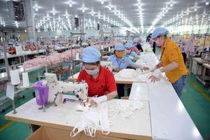 Gấp rút sản xuất hàng triệu khẩu trang vải kháng khuẩn