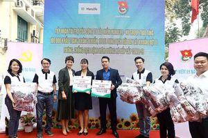 Manulife Việt Nam tặng Thành đoàn Hà Nội 100.000 khẩu trang, 650 lít dung dịch sát khuẩn