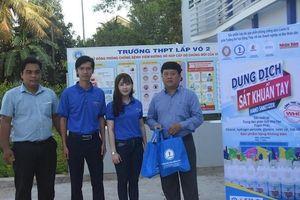 Báo Nhân Dân, Trường đại học Đồng Tháp trao 600 lít dung dịch rửa tay khô cho học sinh