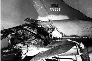 Hình ảnh F-105 bị bắn nát đuôi vẫn bay được trong chiến tranh Việt Nam