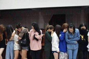 Đột kích quán karaoke vào rạng sáng, phát hiện 30 nam nữ 'chơi' ma túy