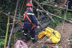 Tìm được thi thể tài xế xe máy rơi xuống hố sâu hàng trăm mét sau 10 ngày