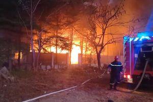 Hàng trăm người dập lửa tại nhà xưởng ở Sài Gòn