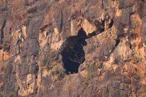 Nguyên nhân 2 đôi nam nữ mắc kẹt trong hang núi đá ở Sơn La