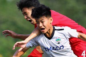 Cầu thủ HAGL bị đạp thẳng vào bụng ở vòng loại U19 Quốc gia 2020