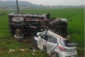 Hà Tĩnh: Ô tô 4 chỗ bị biến dạng sau cú tông trực diện với xe tải