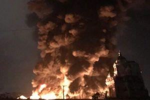 Cháy kho suốt 5 giờ, khói lửa bốc cao hàng chục mét