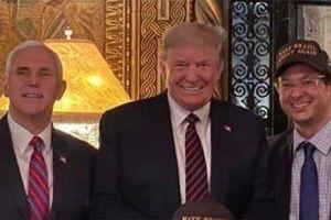 Phản ứng của ông Trump sau khi chụp ảnh cùng người nhiễm Covid-19