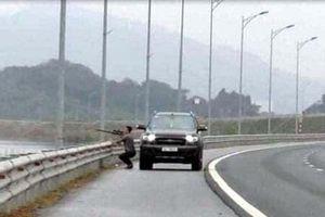 Tài xế dừng xe dùng súng bắn chim trên đường cao tốc bị xử phạt
