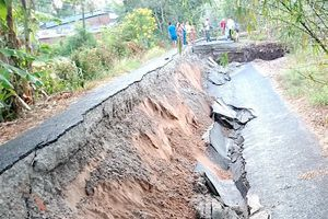 Khô hạn, sụp lở đất kinh hoàng tại Cà Mau